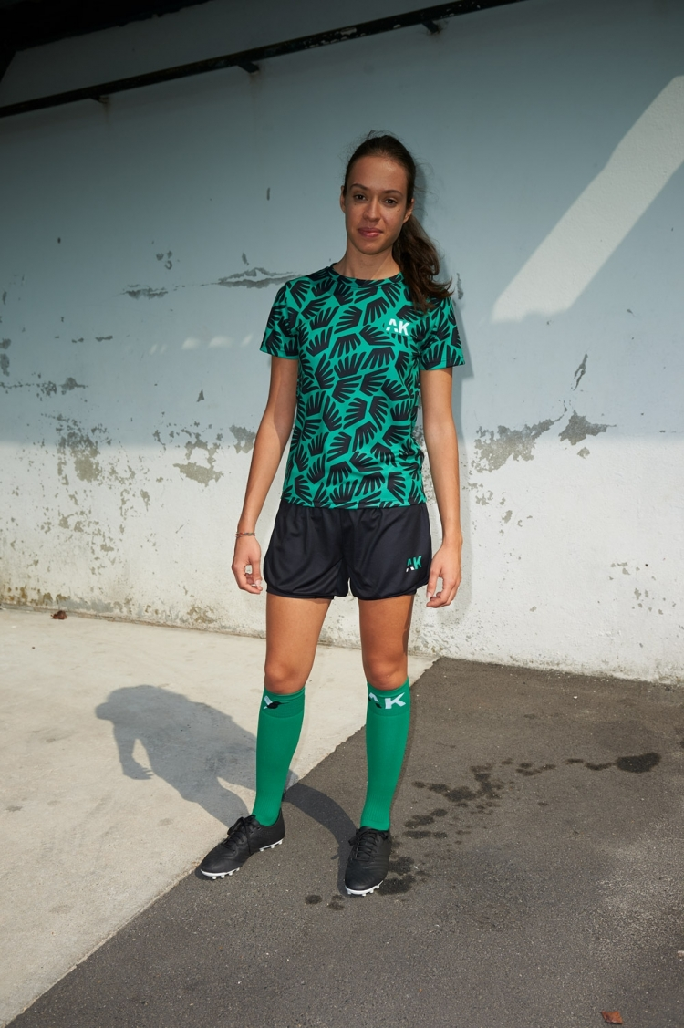 Maillot Suzanne - Ailé Noir & Vert - Football Femme - Vue de face éloignée